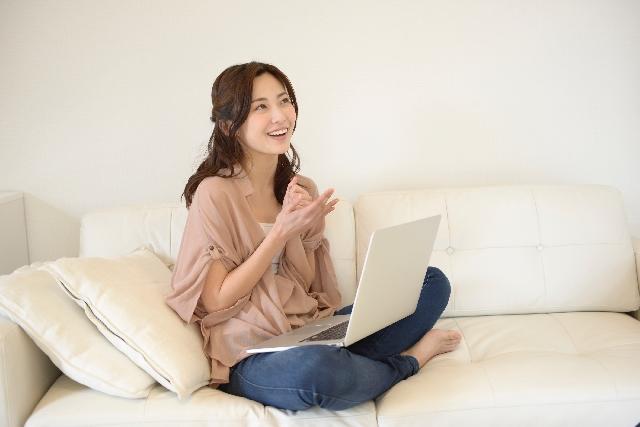 パソコンで婚活する女性